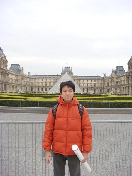 走到羅浮宮前了