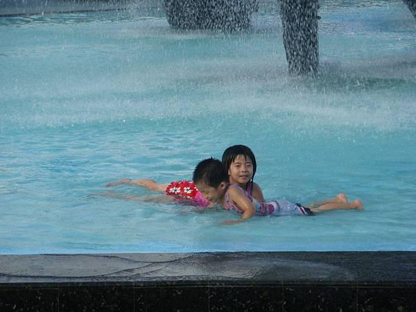在鯨魚廣場游泳的小朋友