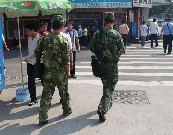解放軍的制服跟國軍也太像了