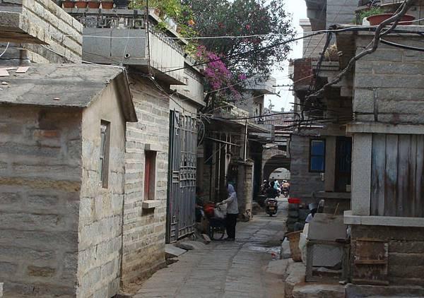 崇武城東門街,遠方就是東門