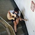 在圖書館練吉他的妹妹