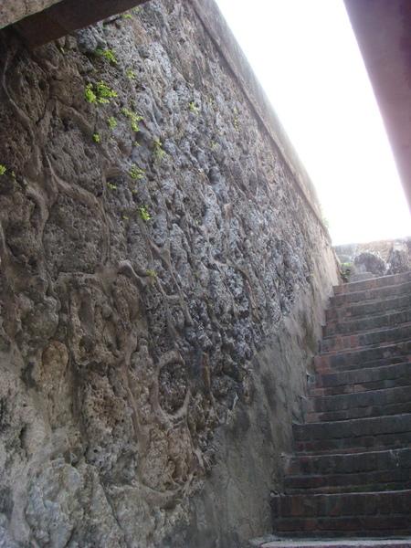 砲城的牆面是咾咕石建材