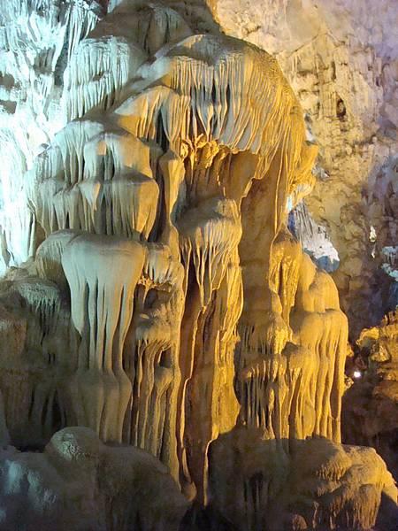 下龍灣的溶洞奇景