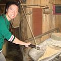 碾玉米的石磨