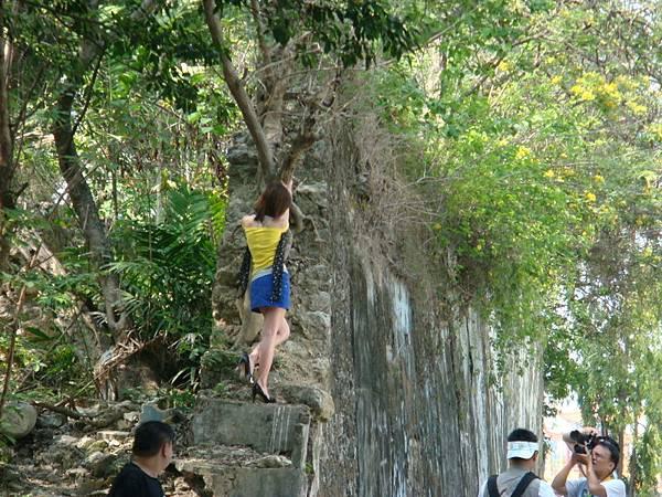 咦,有人爬上小龜山的城壁
