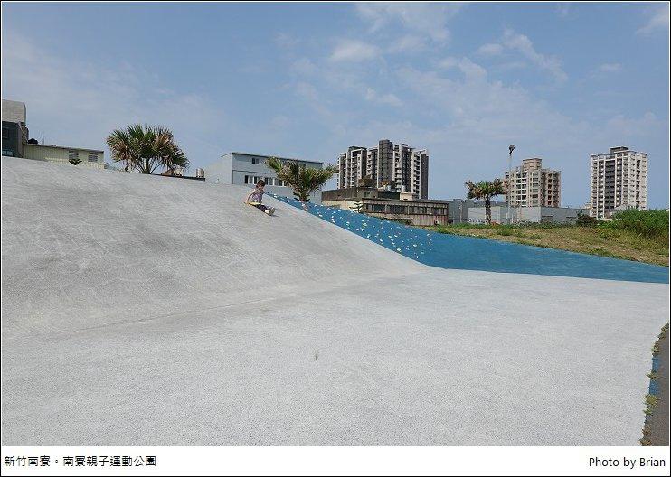 新竹南寮親子運動公園。大草皮超大溜滑梯、蹺蹺板盪鞦韆