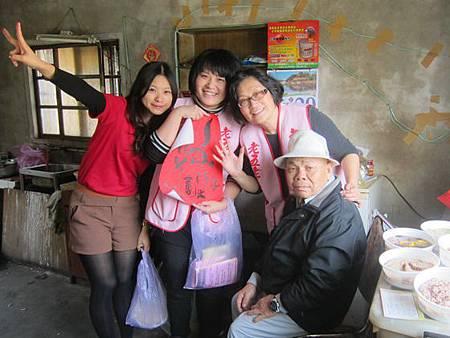 老五老基金會動員志工分送獨居長輩幸福年菜