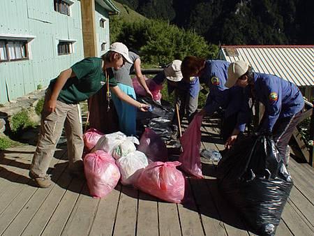 獎勵登山客將垃圾帶下山六月起試辦三個月