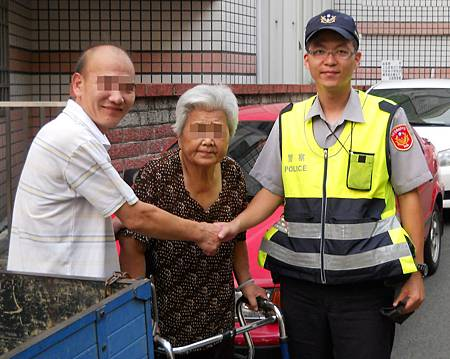 警方協助迷途老婦挨家挨戶詢問
