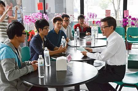 台中青年市政府成員遞交辯論會邀請函予候選人