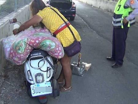 巡邏員警關懷路倒遊民意外查獲機車失竊案