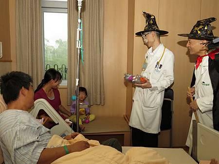 兒科團隊醫病醫心病童歡樂過萬聖節
