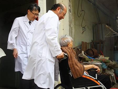 臺中慈濟白袍醫師扮黑手整修輪椅送病患