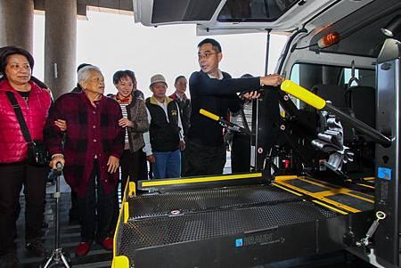 有愛一家人捐贈復康巴士