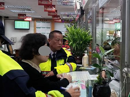 東勢郵局與女警機警阻詐騙婦人保住20萬元