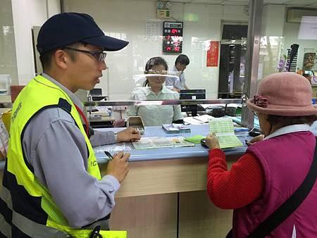 郵局行員與警方積極阻詐老婦人保住20萬元