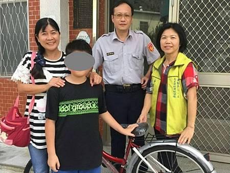 清寒學童徒步上學員警集資贈送愛心腳踏車