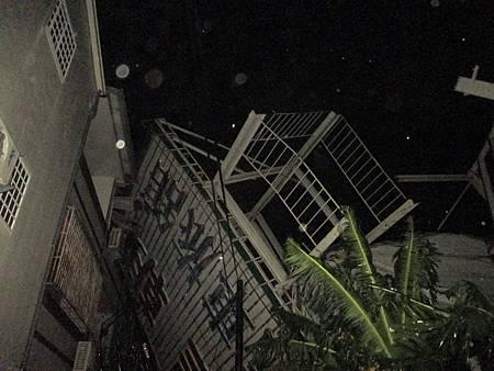 招牌壓毀民宅大停電