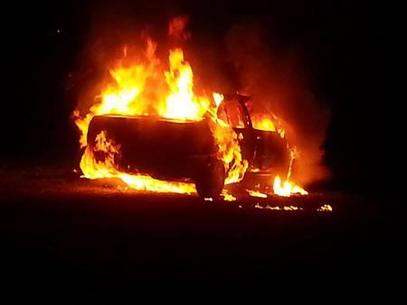 婦人燒炭弄翻火爐引起火燒車