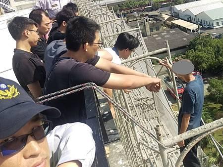 勞資糾紛欲跳樓員警到場阻悲劇