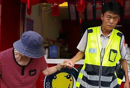 九旬老嫗迷途員警依愛心手鍊協助返家