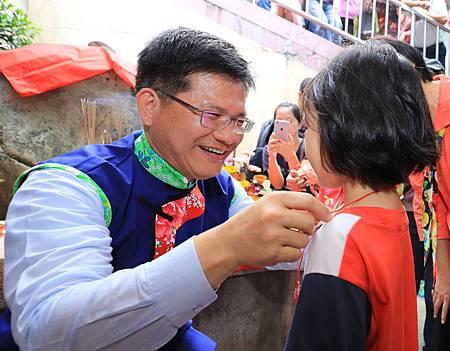 市長林佳龍為孩童戴絭祈求平安成長