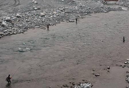 颱風來襲還到溪中釣魚