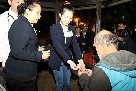 臺中慈濟醫院送暖街友
