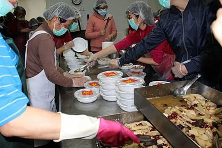 老五老基金會送年菜獨老暖心暖胃