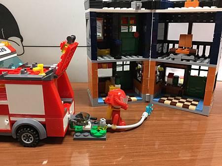 樂高消防車1