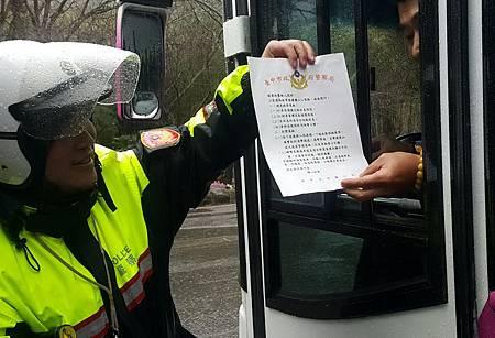 警方防禦駕駛宣導維護交通安全