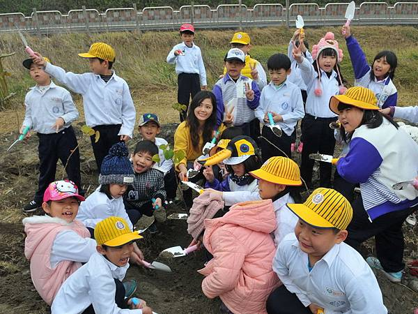 H學童植樹.jpg