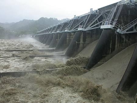 H石岡壩洩洪3.jpg