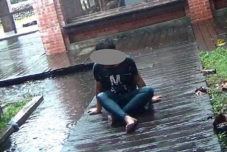 H失戀男淋雨1.jpg