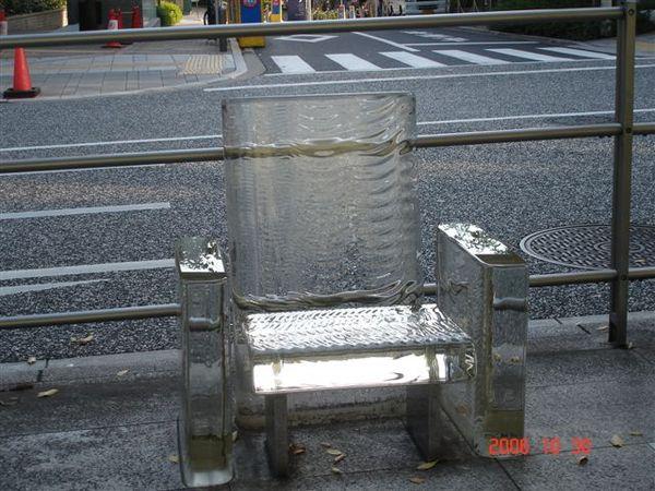 六本木 Street Furniture--Chair disappears in the rainm雨中消失的椅子(櫸木坂道)