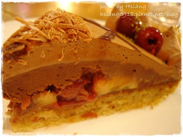 特別套餐中的甜點~櫻桃香蕉巧克力塔