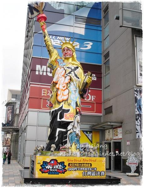 紐約紐約百貨旁廣場~塗鴉女神像