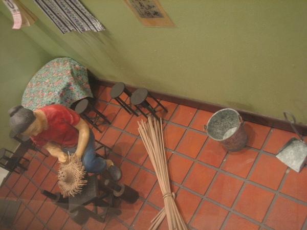 書上說會有一個阿嬤教大家DIY編藺草.....不會是這位吧!
