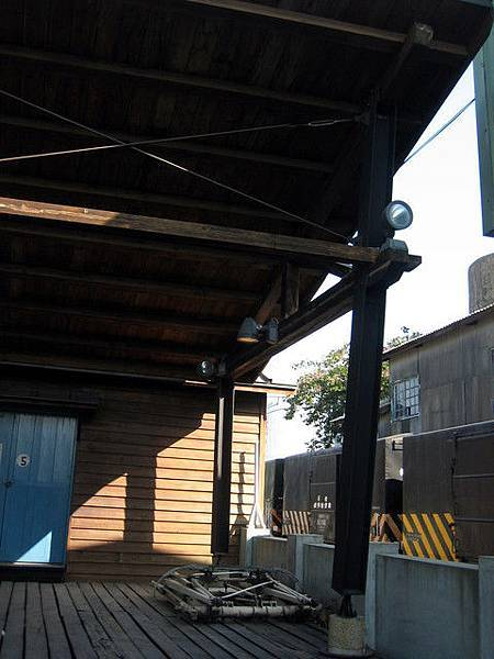矮牆的另一邊,傳來觀光客還有火車的聲音