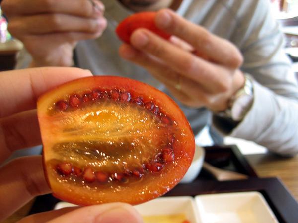 樹番茄,我是第一次吃到,好吃耶! 感覺是番茄+百香果+芭樂
