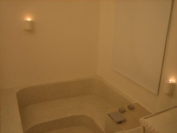 有一個約160*160cm的浴缸,此行都還沒泡到澡呢!