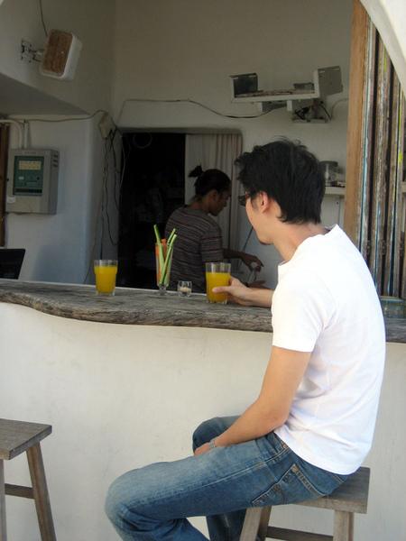 第二天一早,在吧台一邊與阿龍聊天,一邊吃他做的早餐