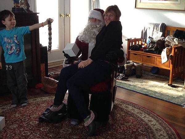 坐在聖誕老公公腿上合照
