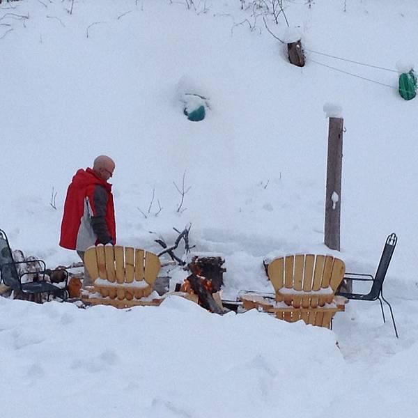 雪地中升火堆