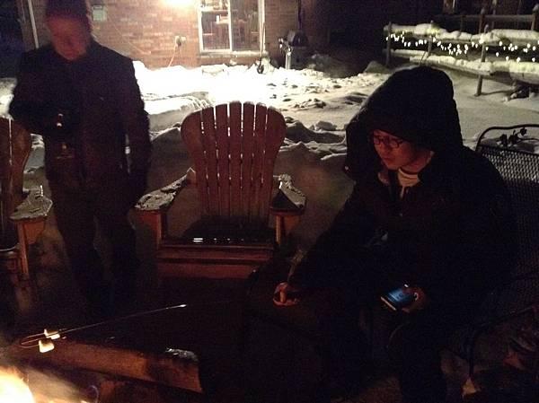雪夜中的火堆旁烤棉花糖