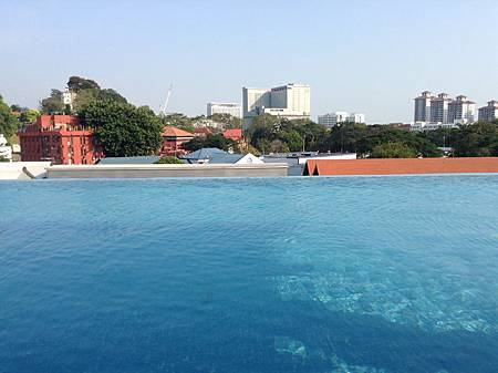 CAsa del Rio Hotel的游泳池俯瞰巿區