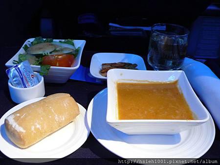 晚餐的前菜還有熱騰騰好喝的濃湯