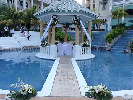 泳池畔的婚禮佈置