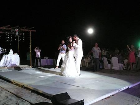 新郎與新娘在沙灘上共舞