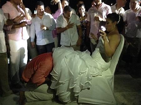 新郎鑽入新娘中裙裡